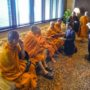 BuddhistUnion-WFB-International-Forum-2017-A delegate giving dana to the Sangha